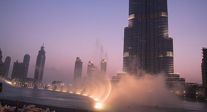 Den spektakulära fontänen utanför Dubai Mall. Burj Khalifa i bakgrunden.