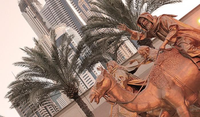 Gyllene kamelryttare utanför entrén till Ritz-Carlton Dubai.