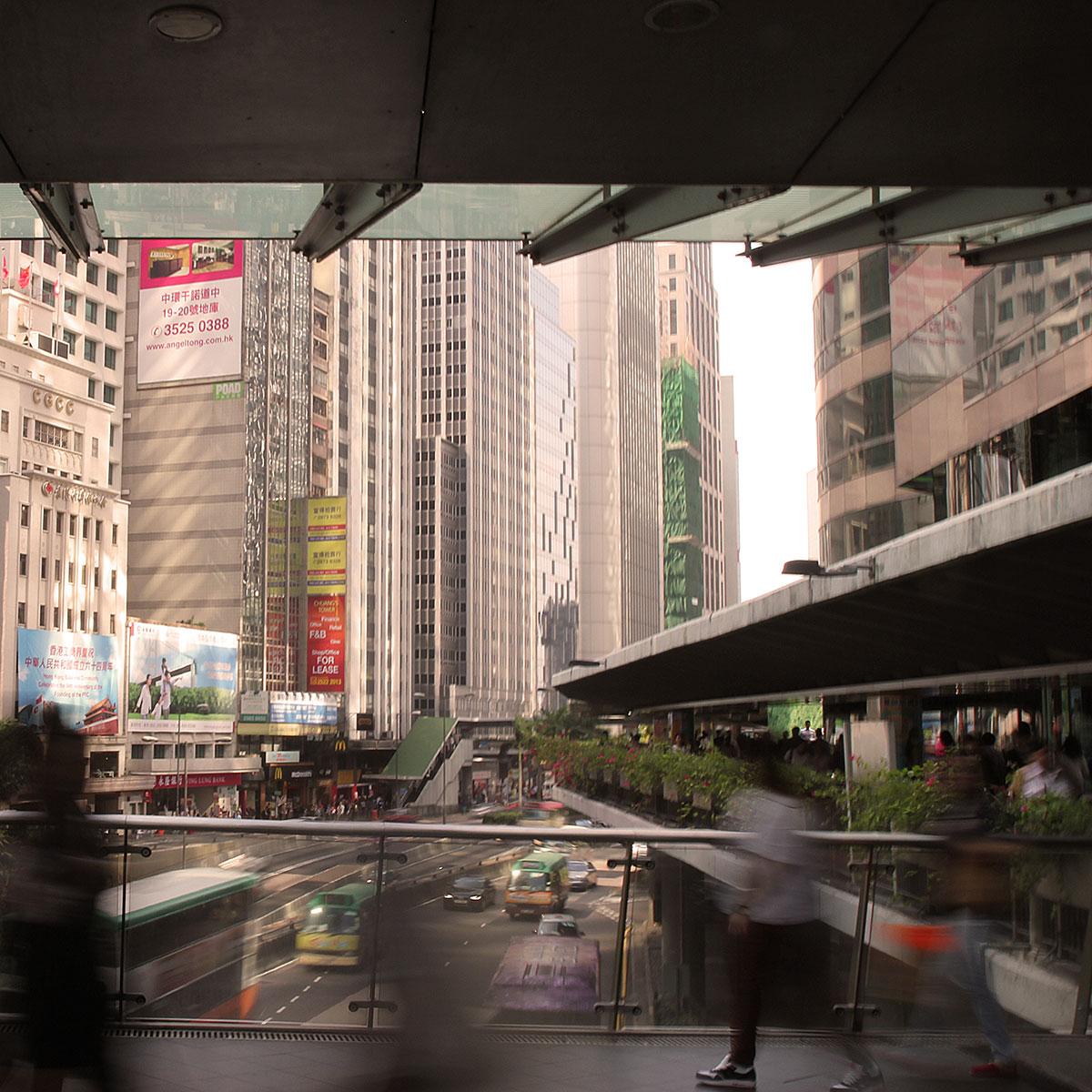 De upphöjda gångvägarna i Central är stans pulsådror för fotgängare.