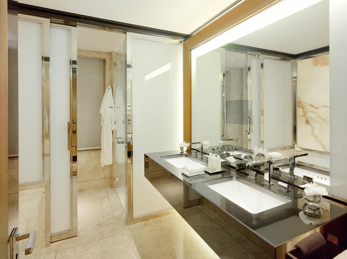 Moderna badrum med designade detaljer imponerar den mest svårflörtade resenären.