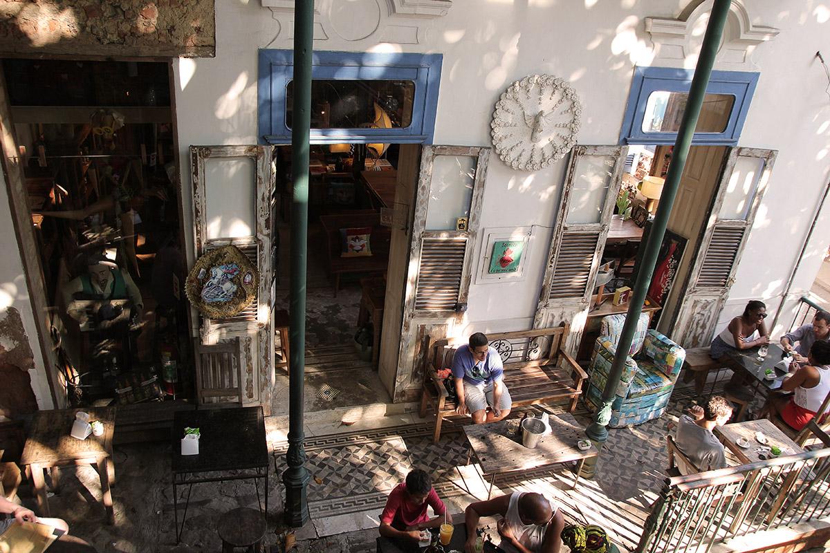 Alltid mycket besökare på caféerna i Santa Theresa.
