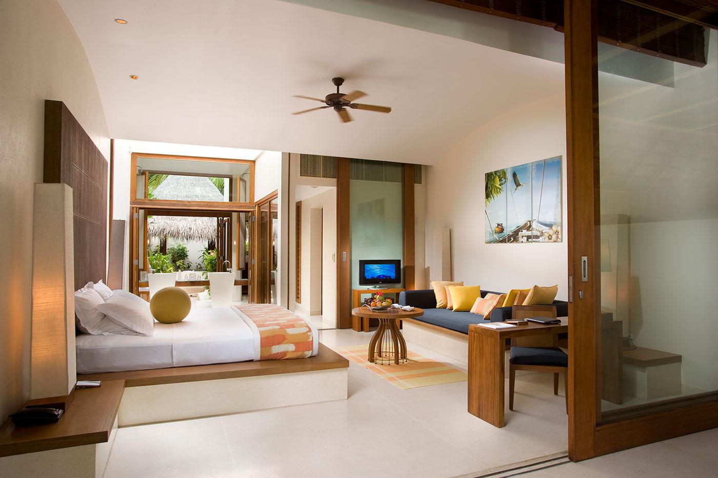 Ljusa och rymliga rum på Conrad Rangali Island.