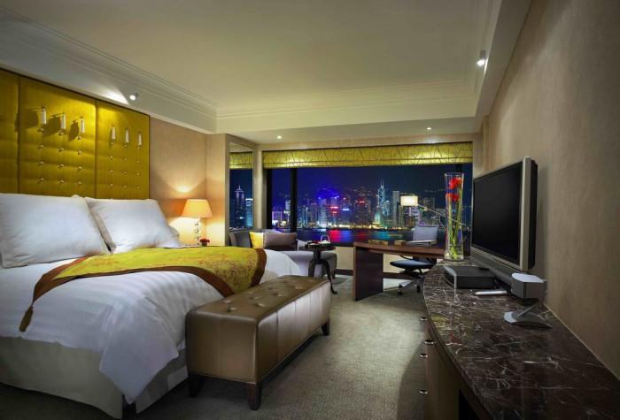 Ljusa och sobra rum med utsikt över Victoria Harbour.