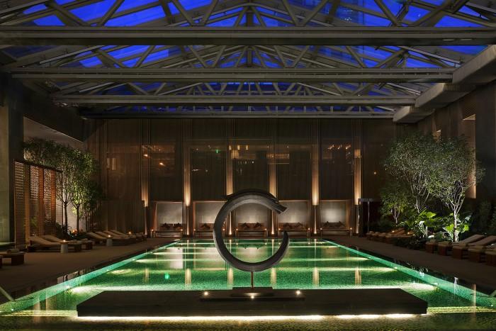 Resortkänsla i poolområdet på detta övertygande cityhotell.